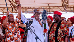 President Muhammadu Buhari(M) with former Imo state governor, Rochas Okorocha(R) and Governor Hope Uzodinma (L) during the electioneering campaigns  [innonews]