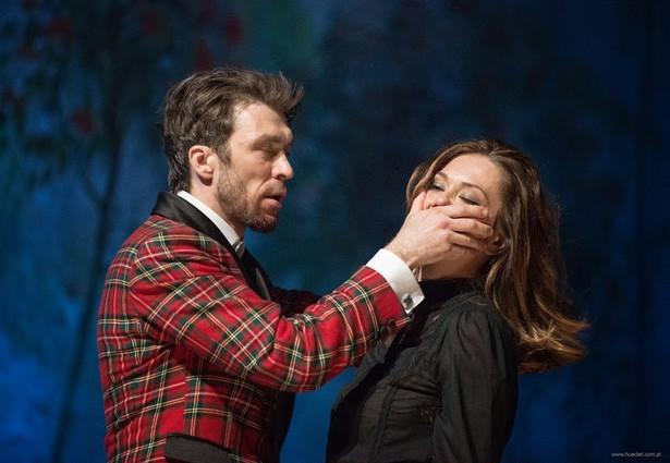 """Próbuje się ta """"Lalka"""" wdzięczyć do widowni niezrozumiałym w tym przypadku ogrywaniem teatru w teatrze., fot. Magda Hueckel"""