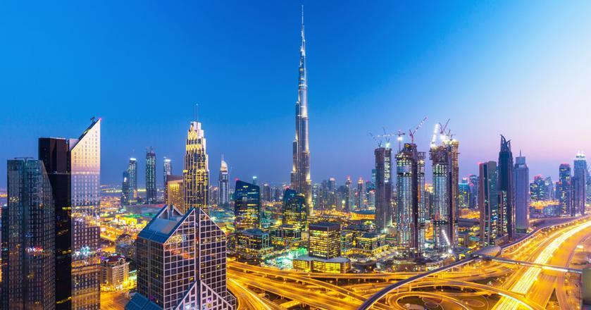 Dubaj to jeden z siedmiu emiratów, które tworzą Zjednoczone Emiraty Arabskie. Mierząca 828 metrów Burj Khalifa to najwyższy budynek na świecie