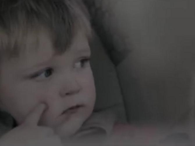 Brutalan video: Zbog čega ne treba da ostavljate dete samo u automobilu?