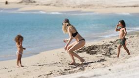 Doutzen Kroes na plaży z dziećmi