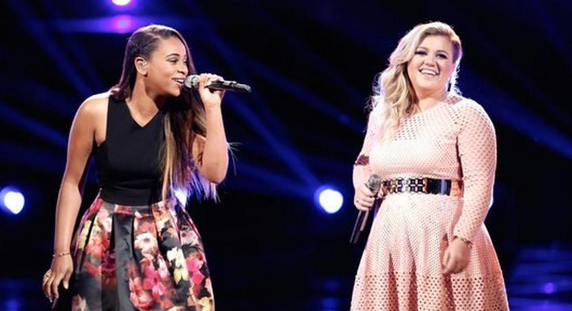 Kelly Clarkson and Koryn Hawthorne performing 'I'd rather go blind.'