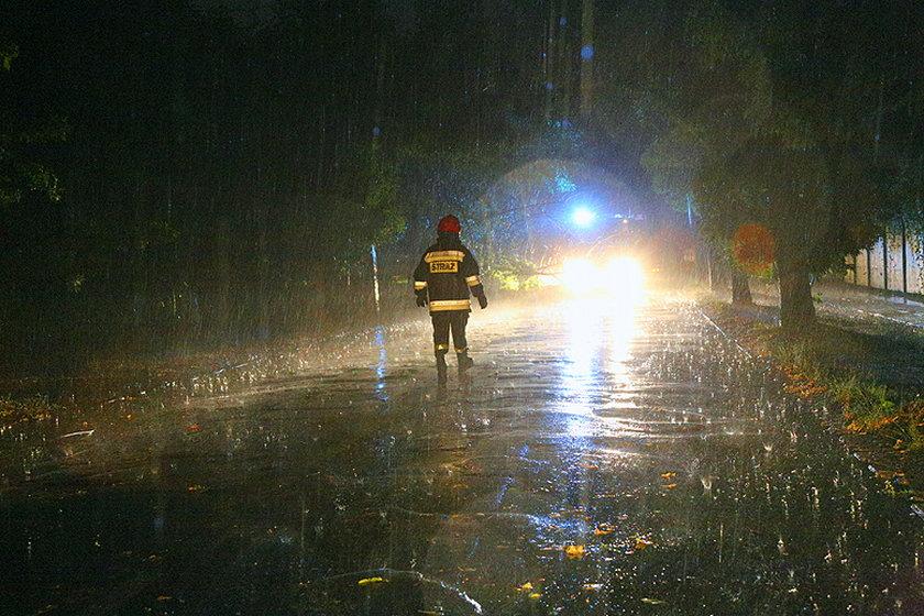 Strażacy przyjęli kilkadziesiąt zgłoszeń i połamanych drzewach