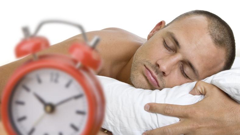 U niewyspanych mężczyzn poziom testosteronu spada