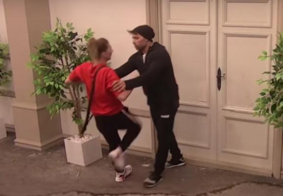 Natalija pokušava da razvali vrata