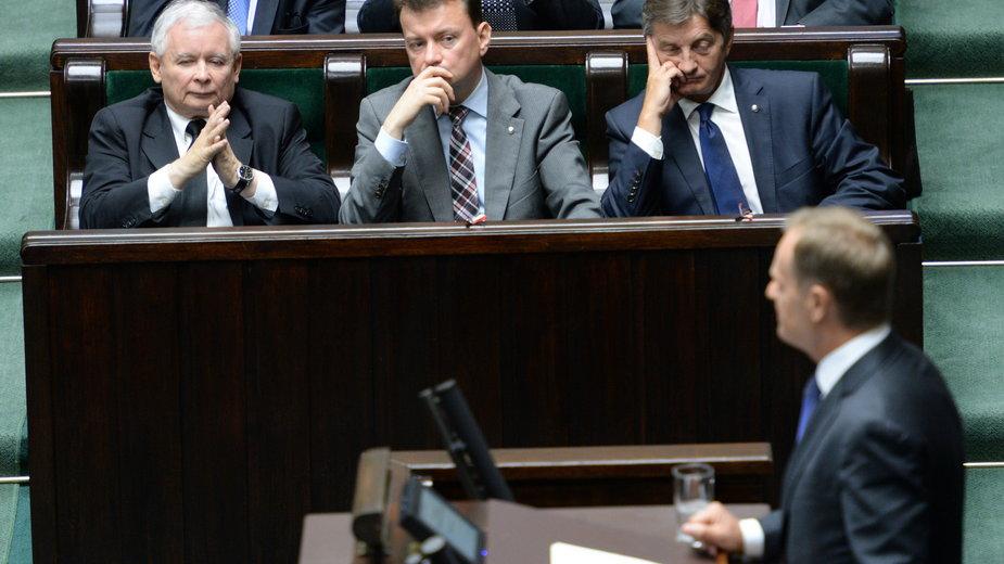 Zdjęcie z 2014 r.  Prezes PiS Jarosław Kaczyński, posłowie PiS Mariusz Błaszczak i Marek Kuchciński podczas wystąpienia premiera Donalda Tuska w Sejmie