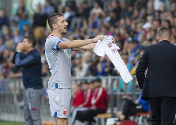 Dušan Jovančić slavi dok Vladan Milojević, u pozadini, daje igračima savete