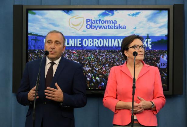 Grzegorz Schetyna i Ewa Kopacz podczas konferencji prasowej w Sejmie.