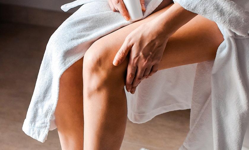 Przesuszona skóra nóg to częsty problem, niezależnie od wieku