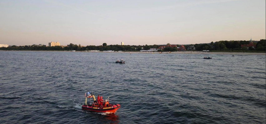 Poruszające zdjęcie z plaży w Gdańsku. Łańcuch życia na ratunek człowiekowi... To trzeba zobaczyć!