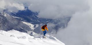 Samolotem na narty? Sprawdź, ile kosztuje transport sprzętu