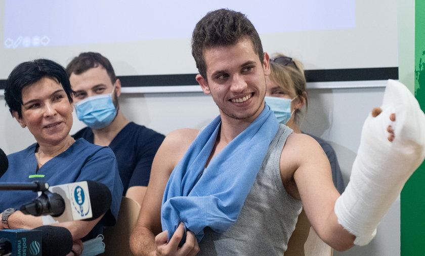 21-letni Maks miał w krakowskim szpitalu przyszywaną rękę.