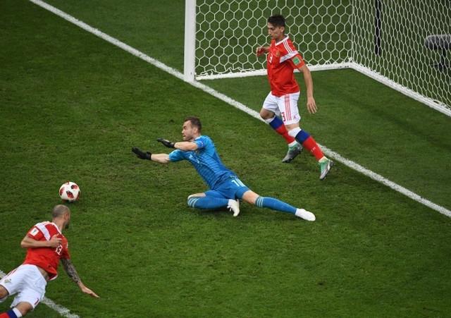 Trenutak kada lopta posle šuta Perišia odlazi - ka stativi ruskog gola