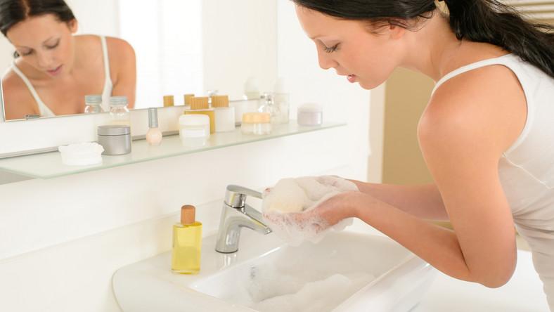 Kobieta myje ręce
