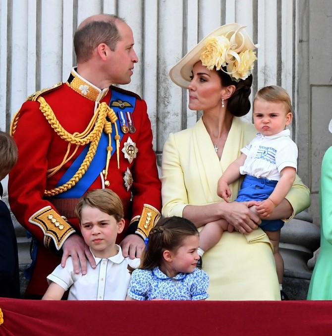 Kejt sa Vilijamom i decom na svečanosti