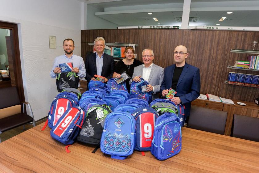 VIPy kupują dzieciom wyprawki. Akcja wrocławskiego Faktu i MOPS-u. Komornicy z Izby Komorniczej we Wrocławiu
