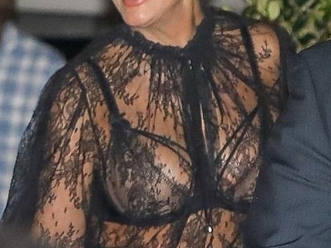 U SEDMOJ DECENIJI šokira neprimerenim odevanjem: Ovaj stajling svima je pokazao kakav veš voli da nosi!