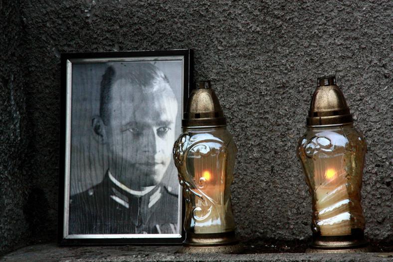 Fotografia rotmistrza Witolda Pileckiego przed aresztem śledczym przy ul. Rakowieckiej w Warszawie