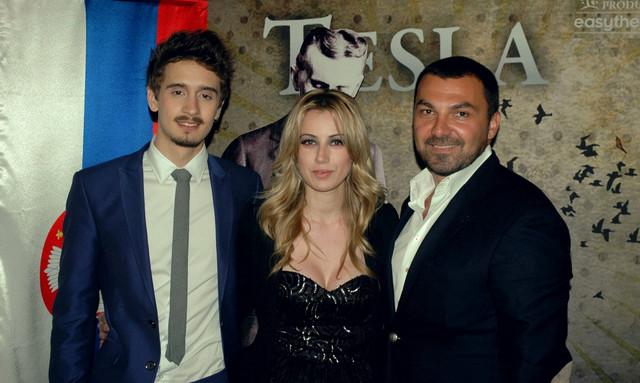 Rediteljka Sanja Beštić u društvu Jugoslava Karića i mladog glumca Luke Mijatovića