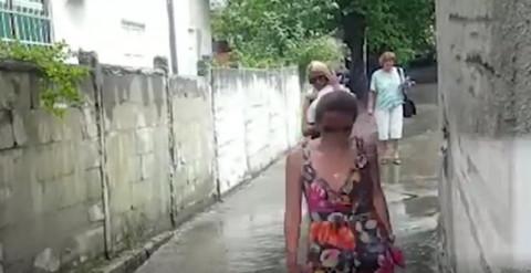Nataša nosila ćerkicu po pljusku kako bi je video tata, a evo šta je uradio Luka Lazukić! (VIDEO)