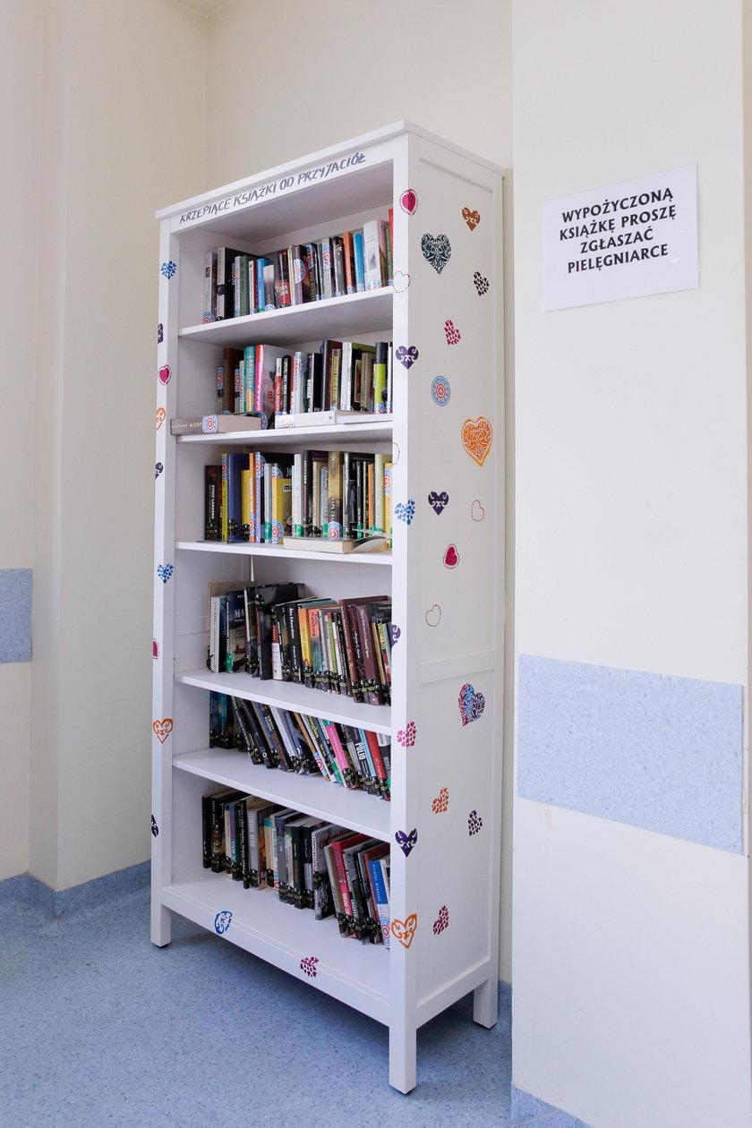 Na regale znajdziemy kilkadziesiąt książek