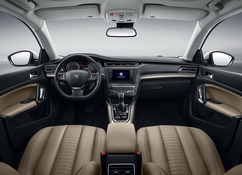Peugeot 408 - deska mocno przypomina tę jaką znamy z modelu 301