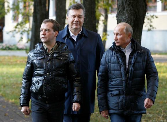 Putin sa Dimitrijem Medvedevim i bivšim predsednikom Ukrajine Viktorom Janukovičem 2011. godine