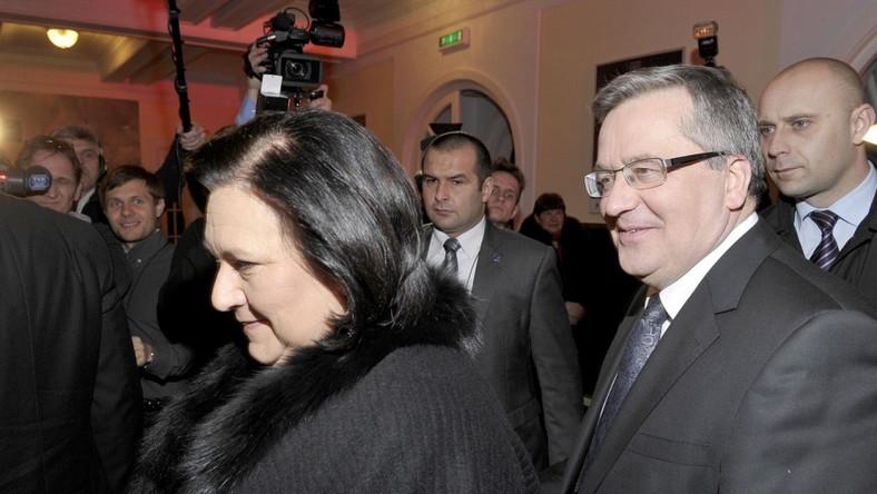 Czarny płaszcz z futrem przy szyi, w którym pojawiła się prezydentowa, był bardzo elegancki