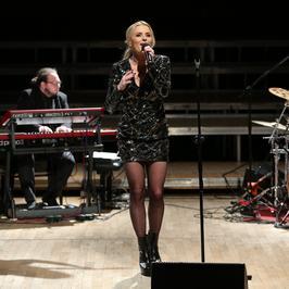 Halina Mlynkova w mini na koncercie. Co za nogi!