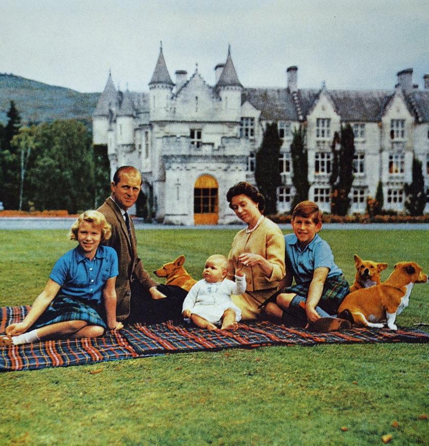 Królowa Elżbieta i książę Filip z dziećmi