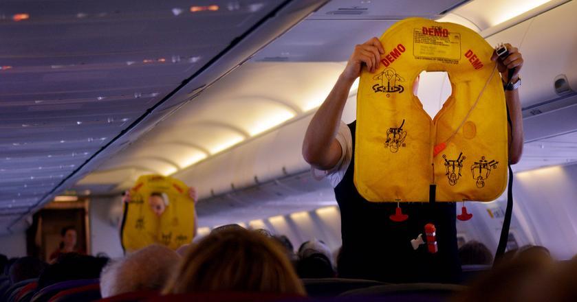Zanim samolot wystartuje, pasażerowie muszą poznać podstawowe zasady bezpieczeństwa i instrukcje, co zrobić w razie awaryjnego lądowania lub wodowania samolotu