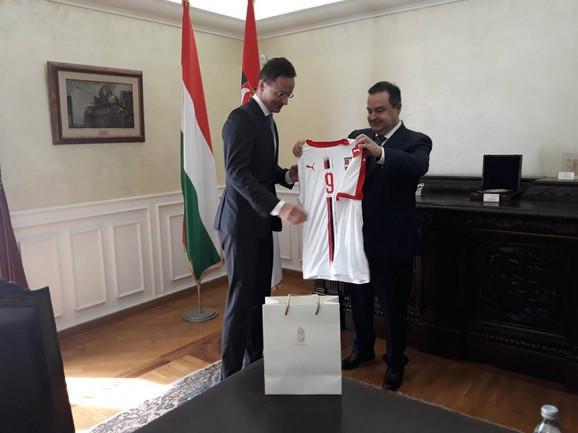 Dačić je poklonio dres kolegi Sijartu