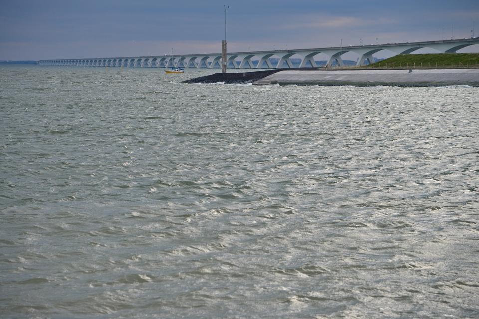 Most Zelandzki to najdłuższy most w Holandii oraz jeden z najdłuższych na świecie. Ma ponad 5000 metrów. Jazda mostem zapewnia niesamowite widoki na morze.