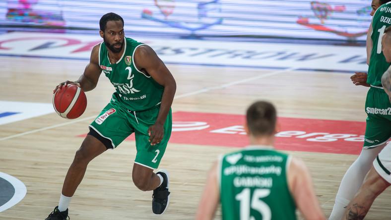 Kyle Gibson (L), były już koszykarz Śląska Wrocław, w trakcie meczu z Legią Warszawa w kwietniu 2021 r.