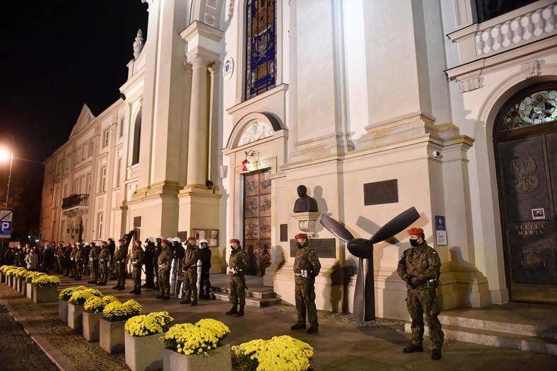 """Żandarmeria Wojskowa wspiera Policję w zabezpieczeniu protestu pod hasłem """"Na Warszawę!"""" przed Katedrą WP w Warszawie."""
