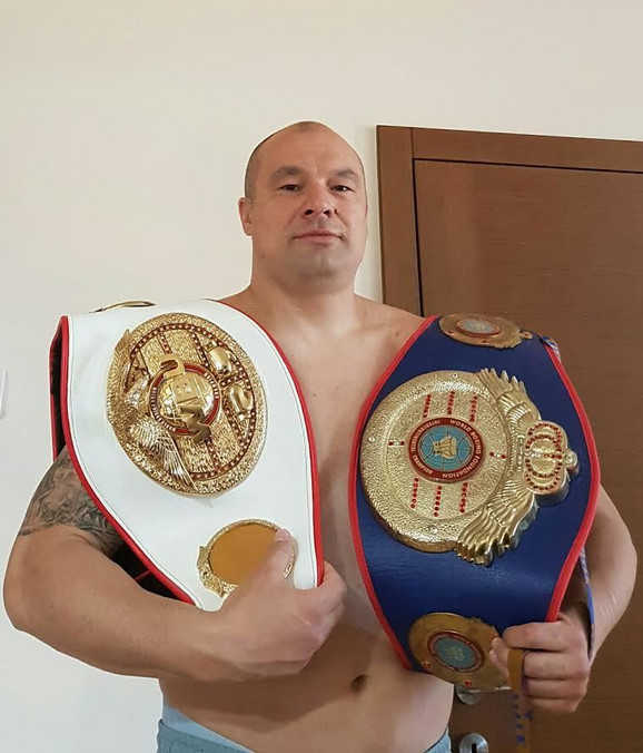 Boban Filipović sa šampionskim pojasevima