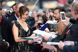 Bondova supruga prvi put u javnosti posle porođaja