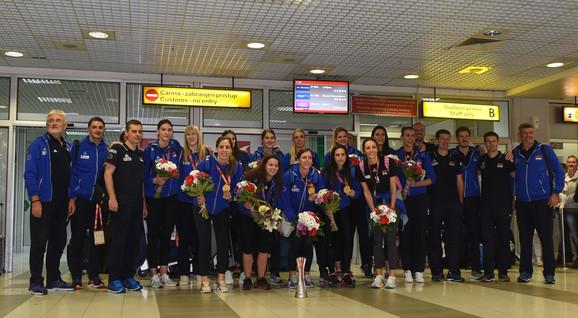 Ženska odbojkaška reprezentacija Srbije na beogradskom aerodromu po dolasku iz Japana