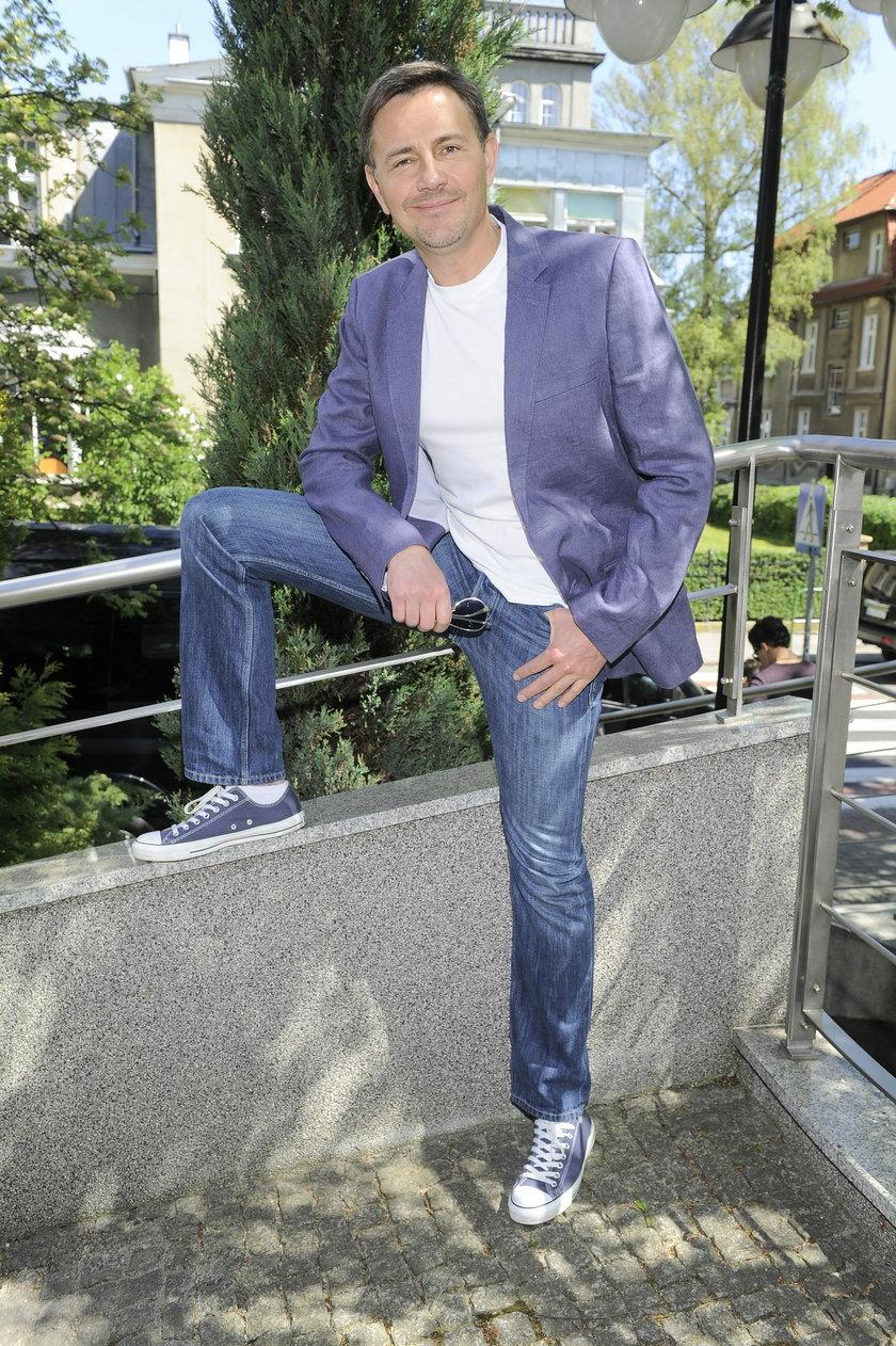 Krzysztof Ibisz w trampkach