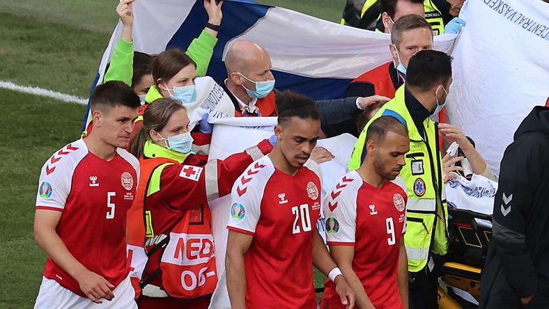 Christian Eriksen transportowany na noszach do karetki w trakcie meczu Dania - Finlandia