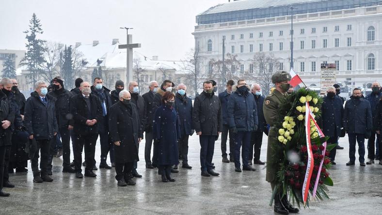 Politycy PiS przed pomnikiem Ofiar Tragedii Smoleńskiej 2010 r.