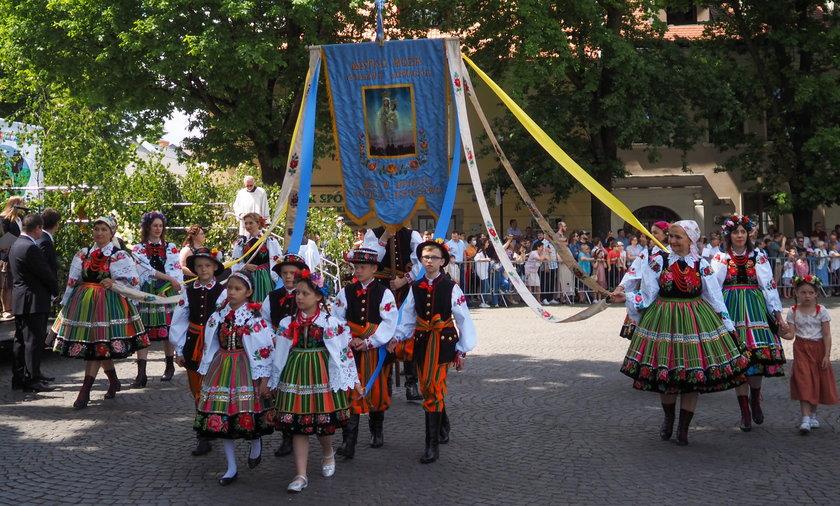 Procesja w Łowiczu. Tradycyjnie w ludowych strojach