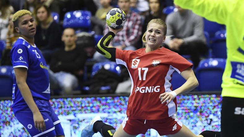 Polka Daria Zawistowska (P) i Thea Imani Sturludottir (L) z Islandii podczas meczu turnieju Baltic Hanball Cup piłkarek ręcznych