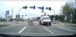 Kierowca przepuścił kobietę z wózkiem. Policjant chciał go ukarać