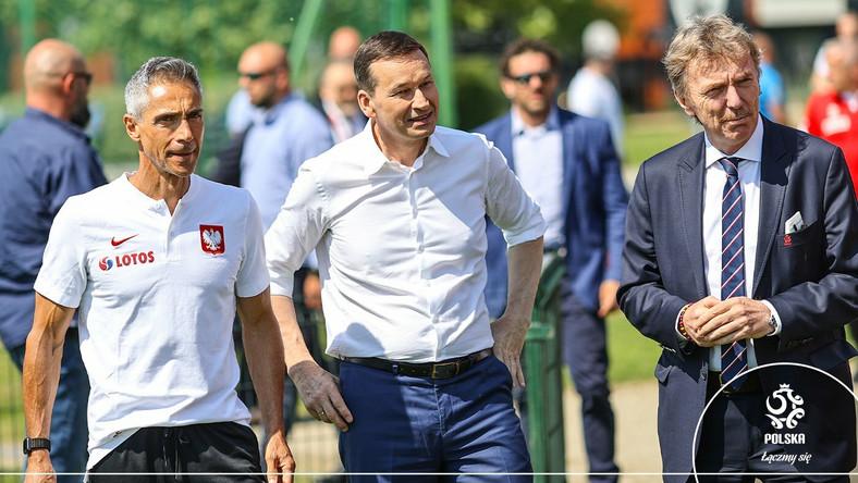 Paulo Sousa, Mateusz Morawiecki i Zbigniew Boniek (fot. Twitter/Łączy nas piłka)
