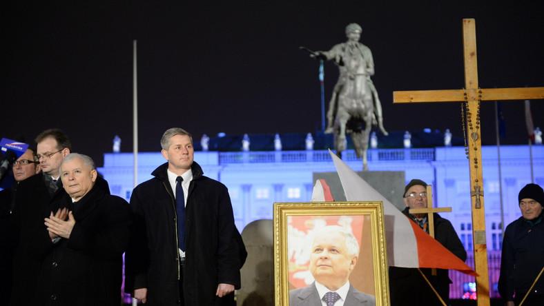 Sądzę, że za chwilę rozpocznie się porządne śledztwo, a za miesiąc staną tu prowizoryczne instalacje upamiętniające wydarzenia sprzed sześciu lat - mówił prezes PiS pod Pałacem Prezydenckim. Krótko mówiąc, idziemy już we właściwym kierunku - powiedział. Ale nie wszystko jest załatwione - dodał i uściślił, że ma na myśli sprawę pomników ofiar katastrofy i Lecha Kaczyńskiego.