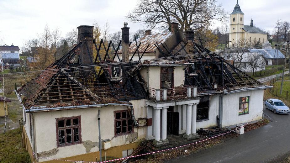 Zniszczenia po pożarze XIX-wiecznego dworu Sulimirskich w Kobylanach