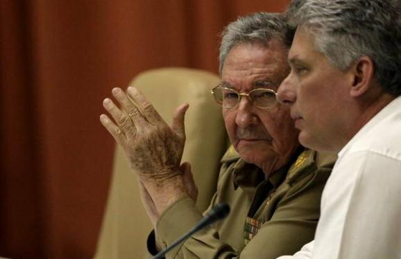 Predsednik Raul Kastro i potpredsednik Migel Diaz Kanel na sednici skupštine