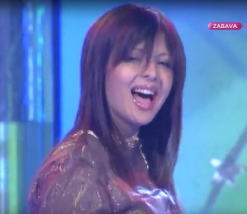 Srpska pop pevačica se povukla nakon drame koju je preživela sa ćerkom! Sada se pojavila na snimanju RTS-ovoj novogodišnjeg programa i izgleda LEPŠE NEGO IKAD!