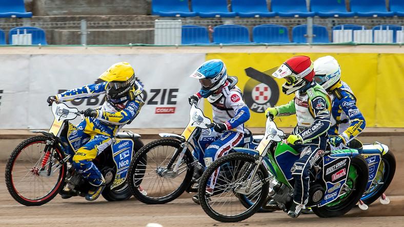 Damian Baliński (kask czerwony), Szymon Szlauderbach (niebieski), Przemysław Pawlicki (żółty) i Krzysztof Kasprzak (biały) podczas finału Mistrzostw Polski Par Klubowych na żużlu